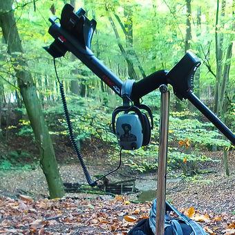 Trac-kař uprostřed lesa