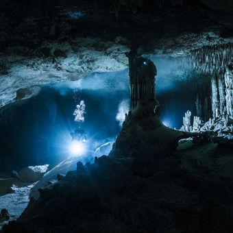 Výrazný sloup a scenérie ze zatopené jeskyně Otoch Ha (taktéž Nariz) - tunel upstream
