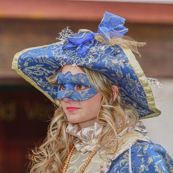 Blondýnka v modrém II