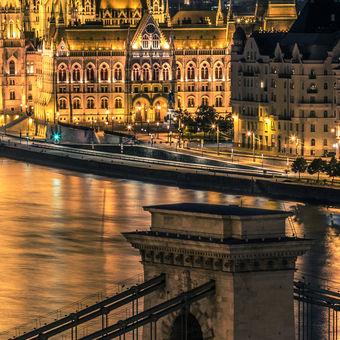 Budapest - Parlament a Széchenyi most.