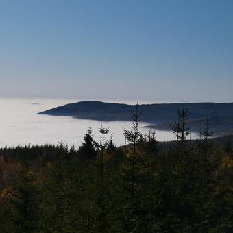 Hory v mlžném moři