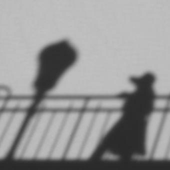 Dáma v klobouku, lampa a zábradlí