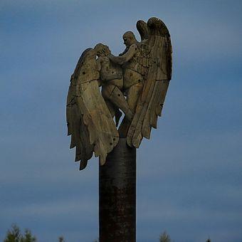 Andělé si jdou v poli po krku
