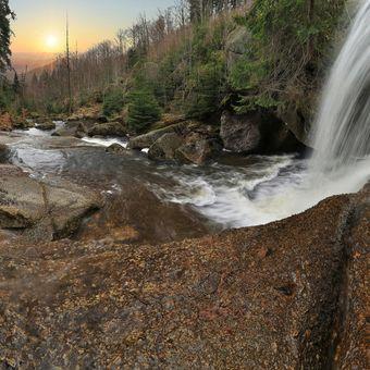 Zpoza vodopádu