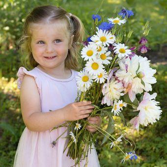 holčička s kyticí