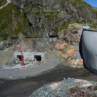 Jak se staví přehrada ve 2 205 m