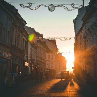 Kovářská ulice, Kroměříž a paprsky zapadajícího slunce.