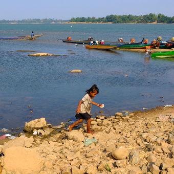 Dětské hry na břehu řeky Mekong