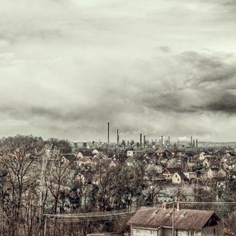 V dáli město , ocelové město.