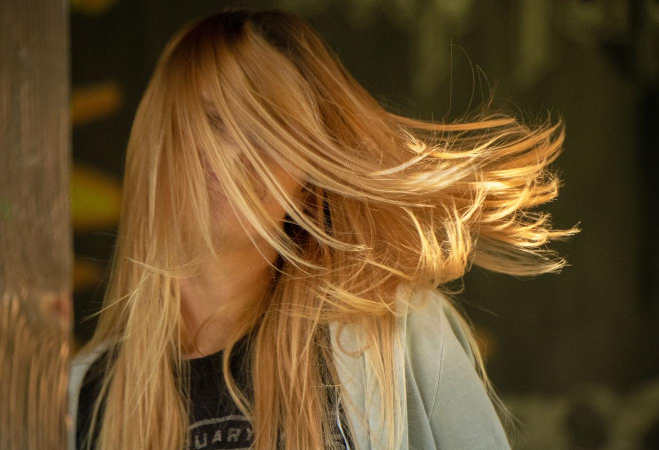 ... tvým dlouhým vlasům ...