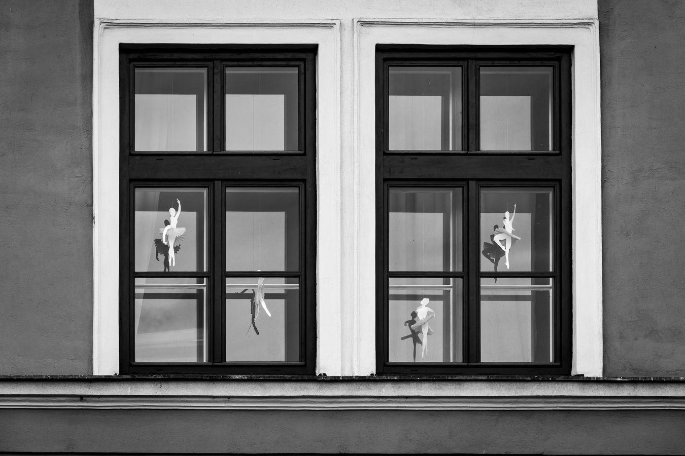 Okno s tanečnicemi