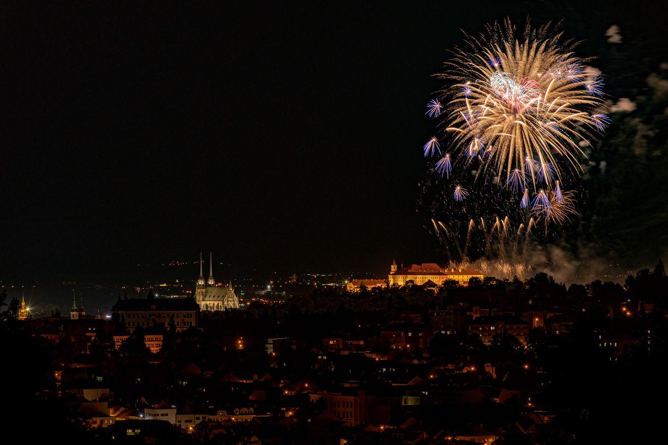 Noční Brno s ohňostrojem