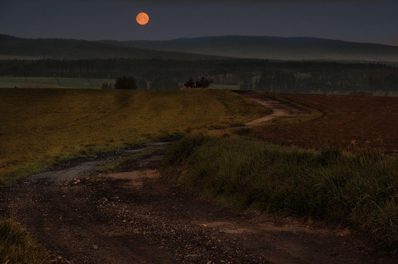 Když Měsíc zapadá