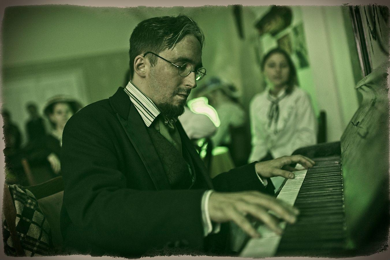 Klavírista v kabaretu