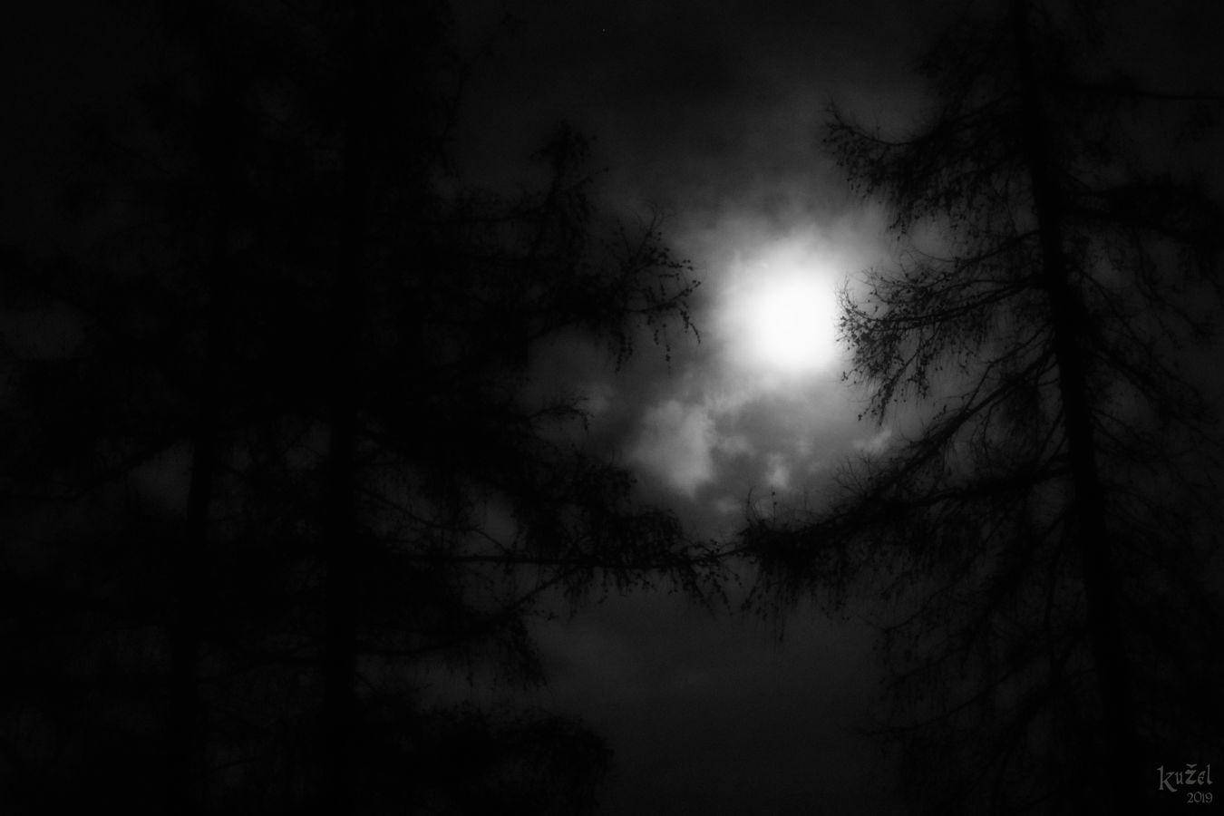 Temný měsíc