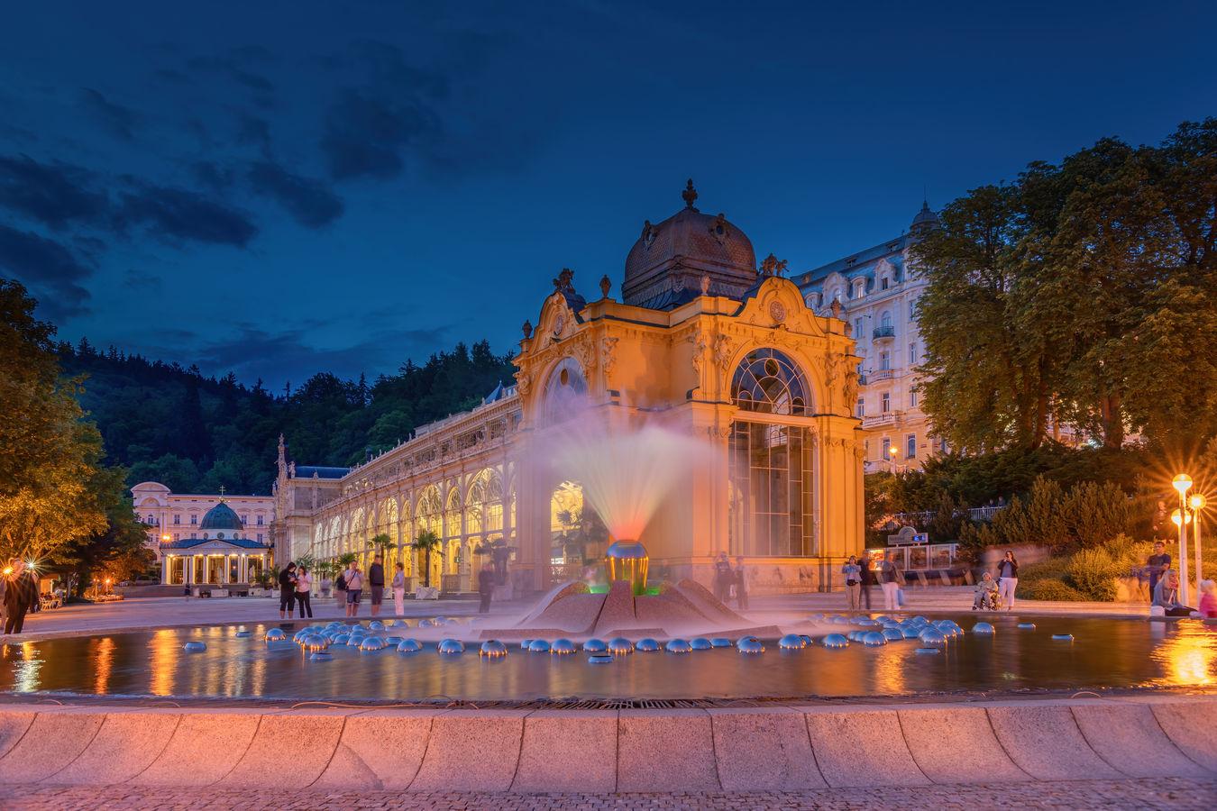 Večerní zpívající fontána