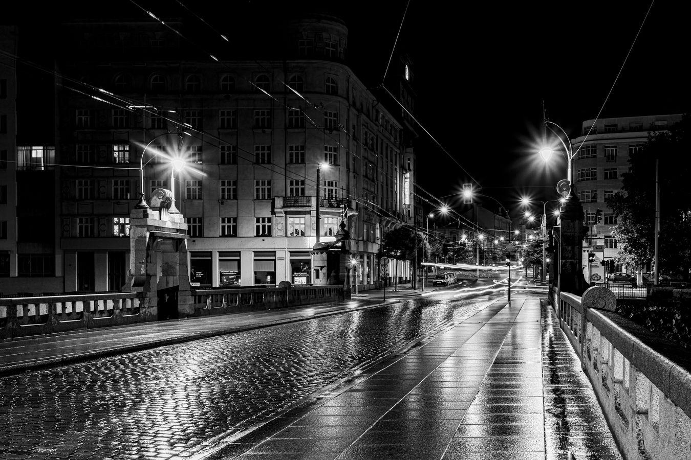 Tichá, upršená i krásná noční Plzeň...