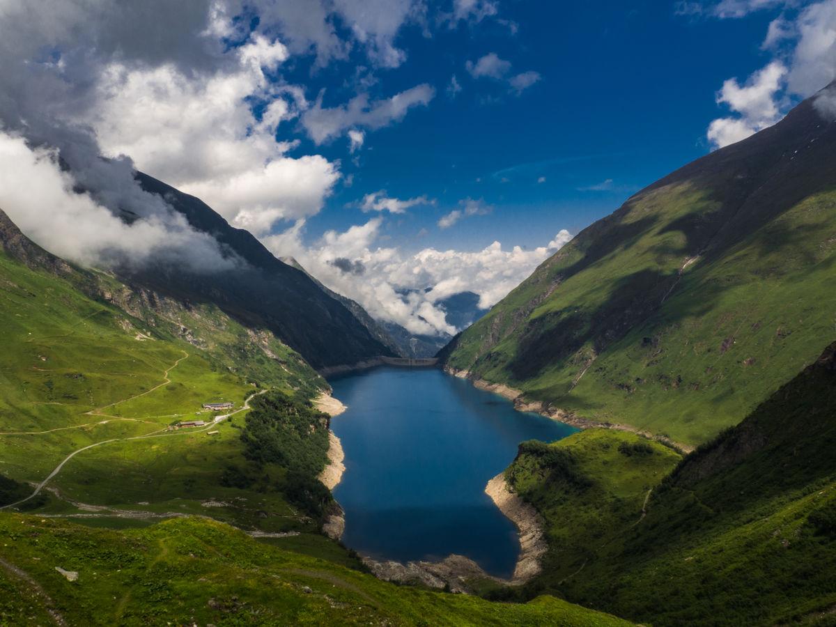 Zelené údolí s jezerem Wasserfallboden
