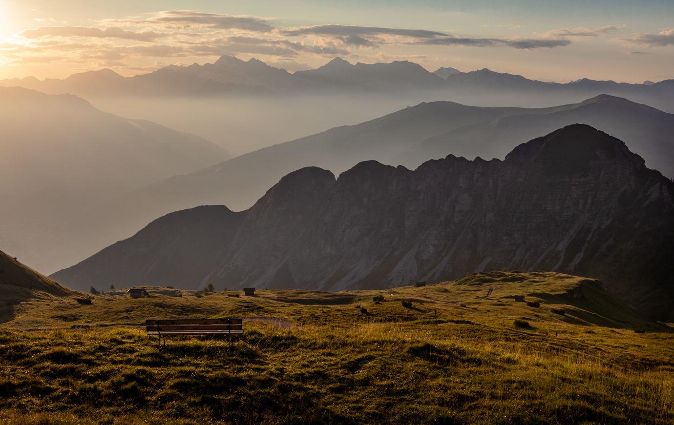 Vycházející slunce nad horami