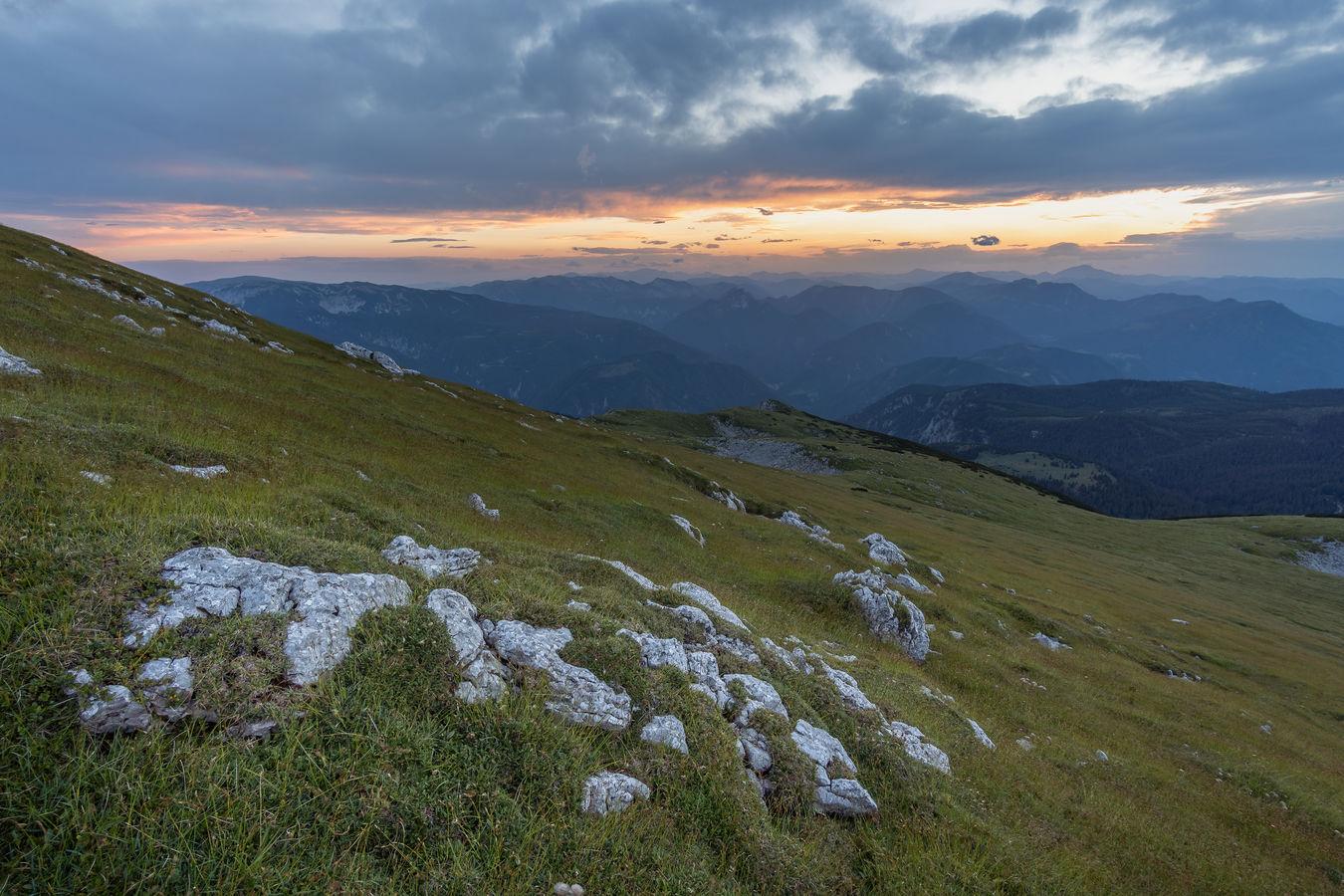 Západ slunce z hory Schneeberg v Rakousku