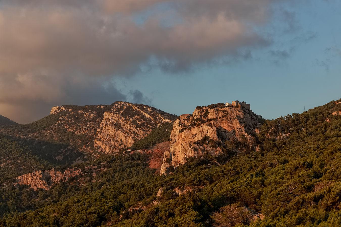 Hrad Monolithos při západu slunce