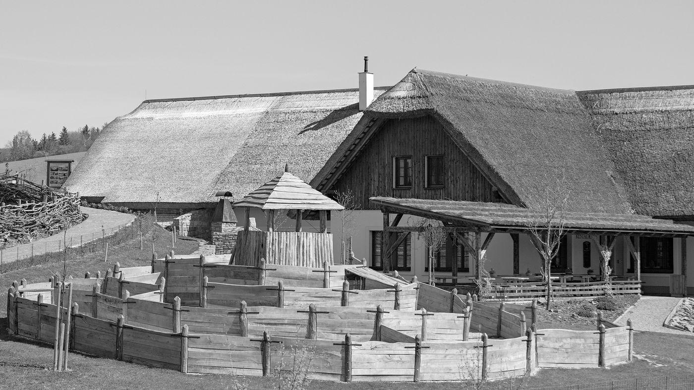 dom so slamenou strechou