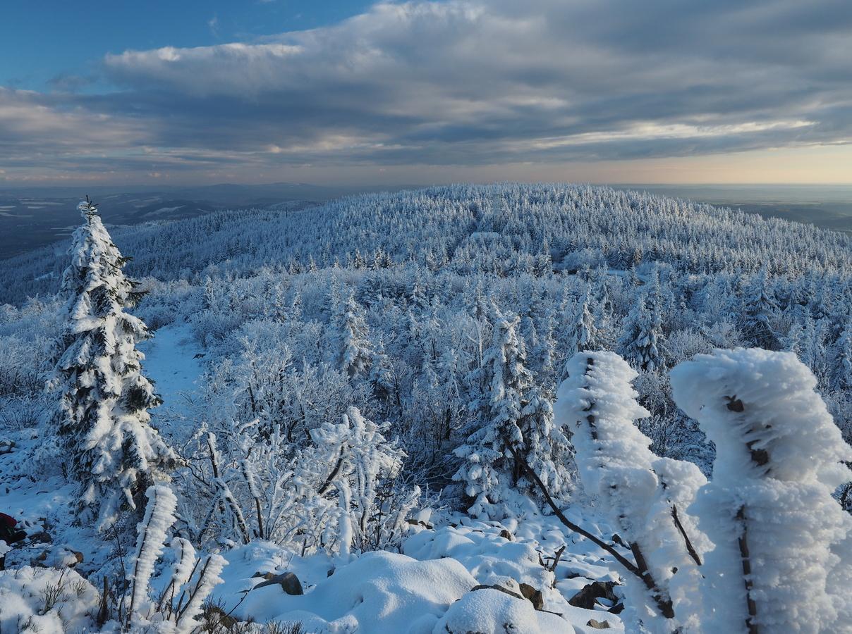 Zimní pohled na Černý vrch u Ještědu.