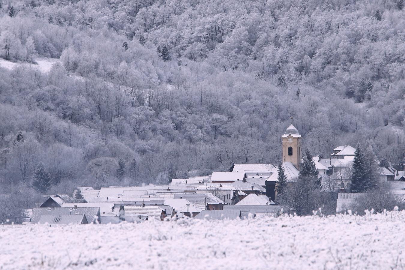 ... dedinka za kopcom...