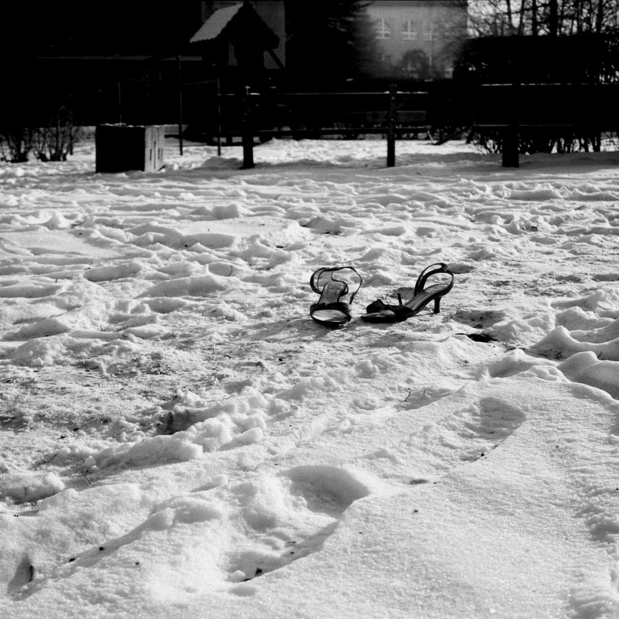 Bosé nohy v snehu