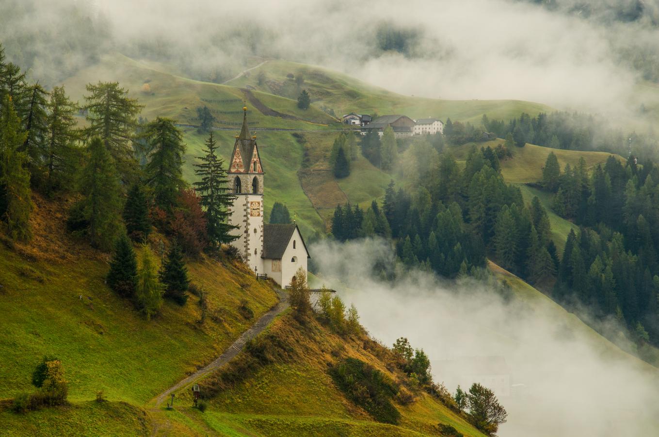 Kostelík v podzimní mlze