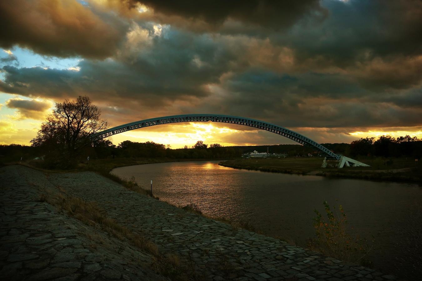 Oblouk nad řekou