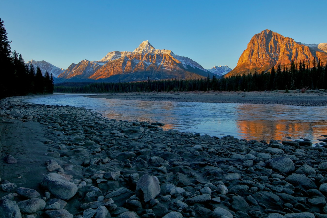 Svítání na řece.
