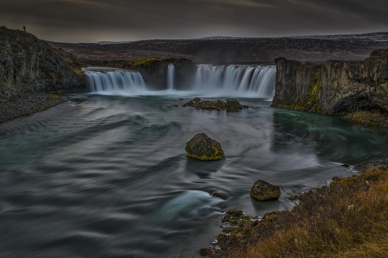 Fotograf v noci u vodopádu