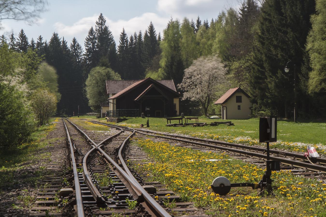 Jaro na nádraží v Hůrkách