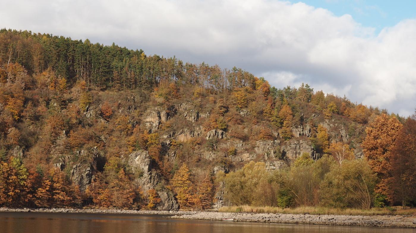 Podzimní útesy nad Vltavou