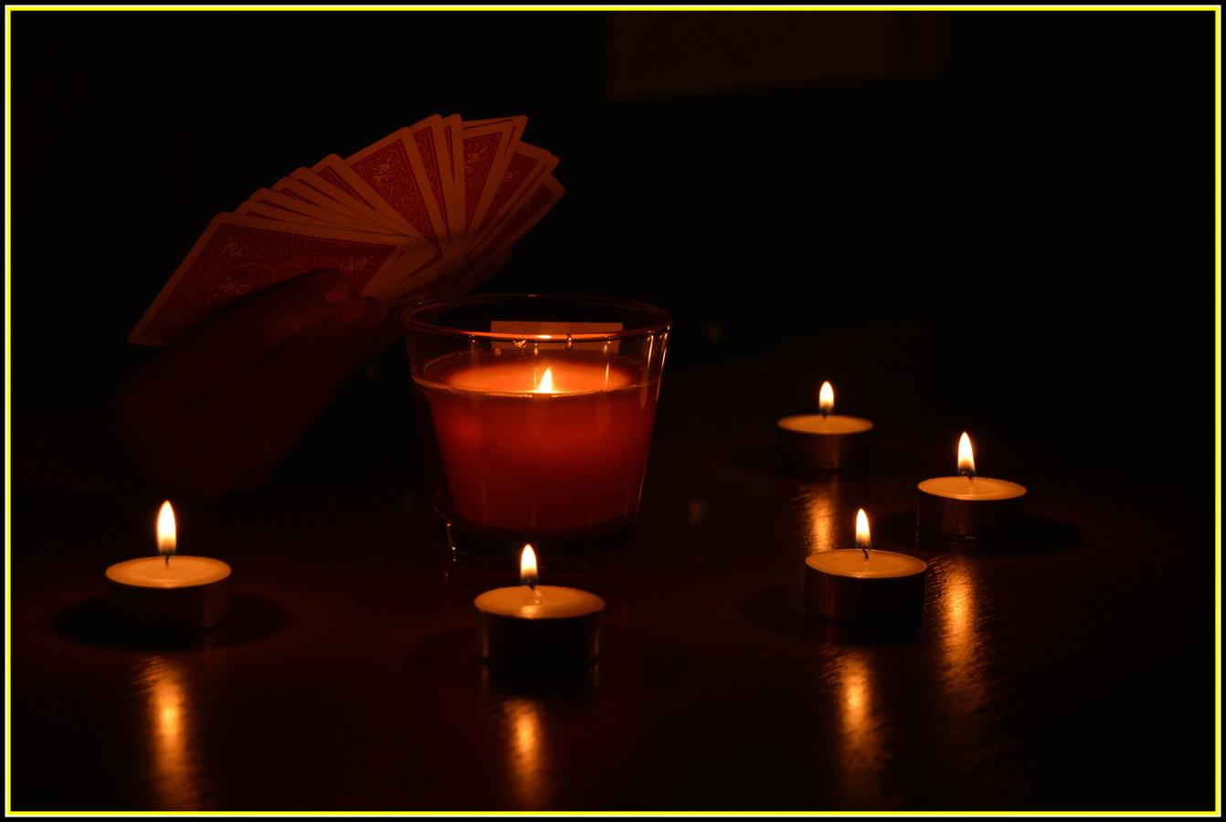 karty při svíčkách