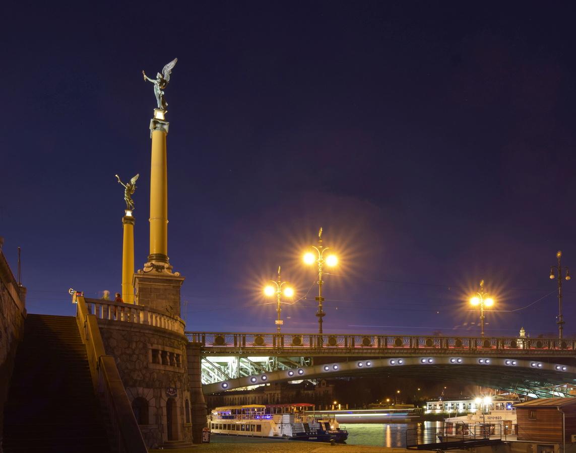 Čechův most těsně po setmění