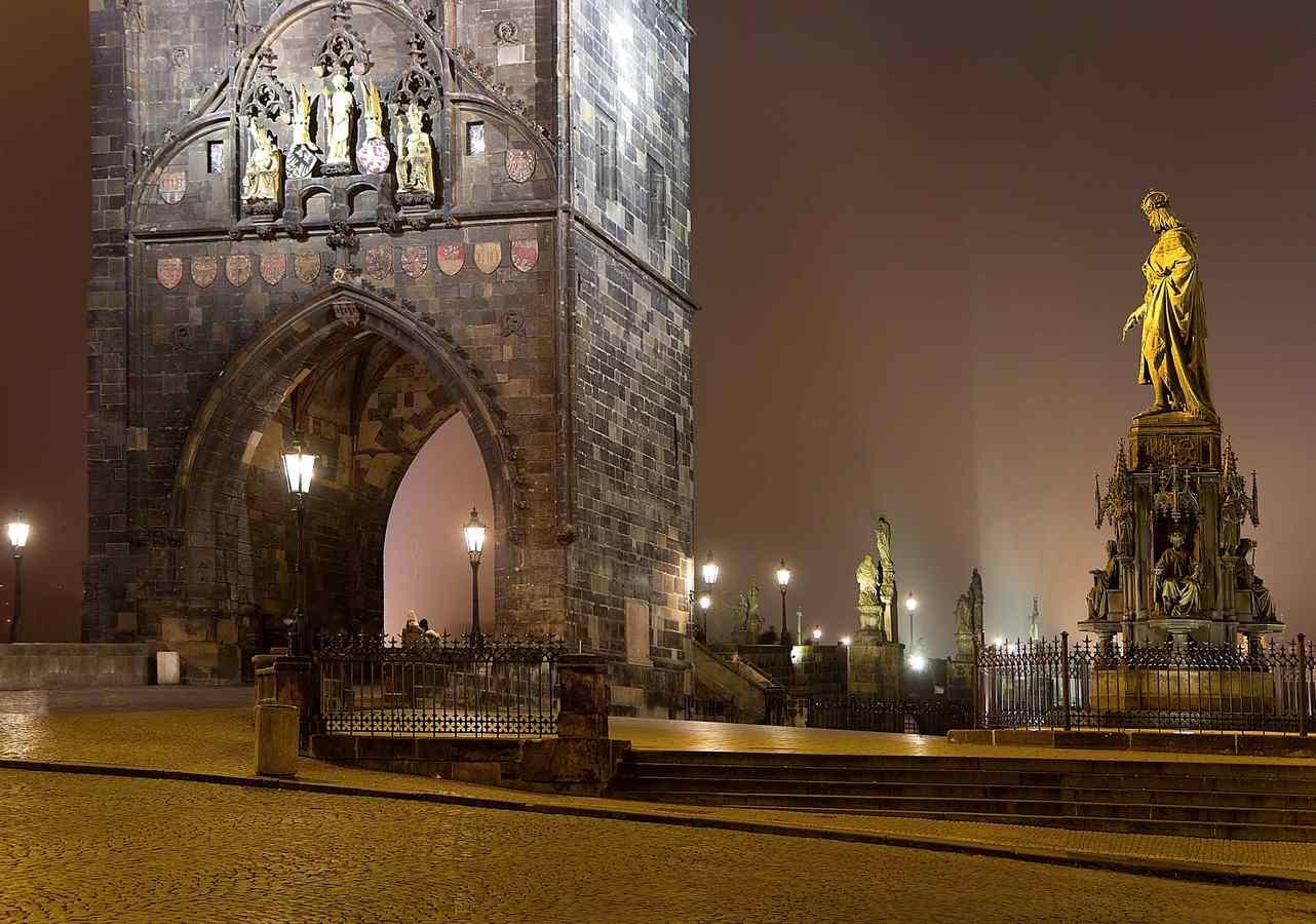 Staroměstská mostecká věž v noci