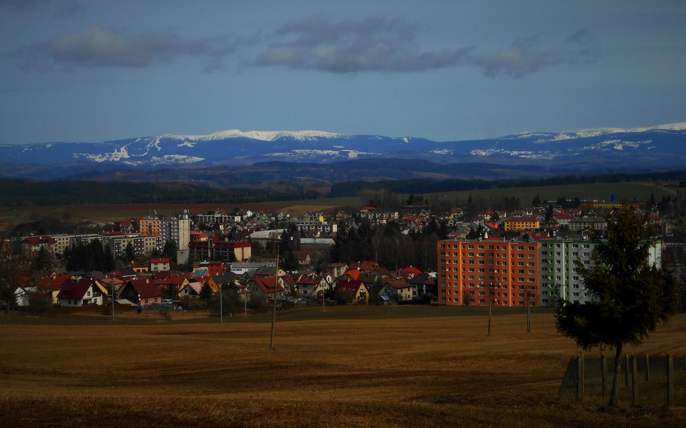 Vzadu hory, vpředu město