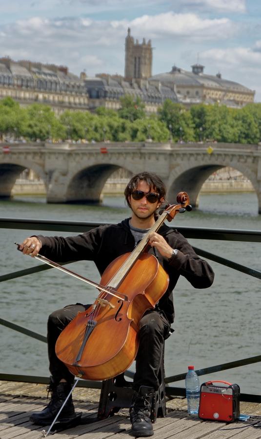 Umělec na Pont Royal u Louvru