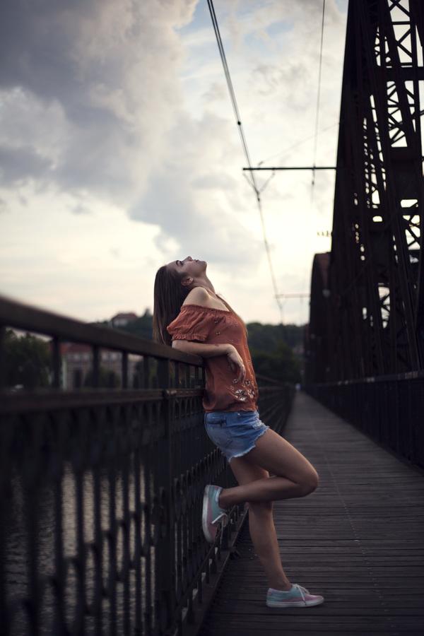 Moje první fotka na železničním mostě při setmění.