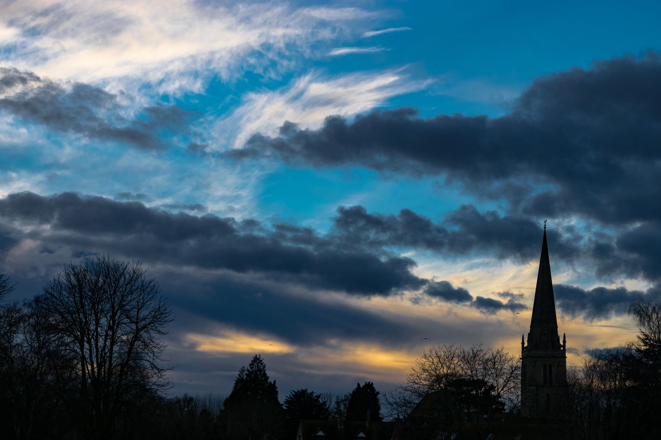 Západající slunce za kostelem