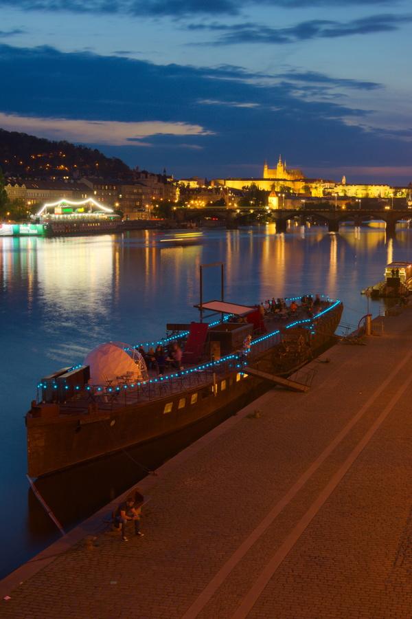 Loď s Hradem z mostu