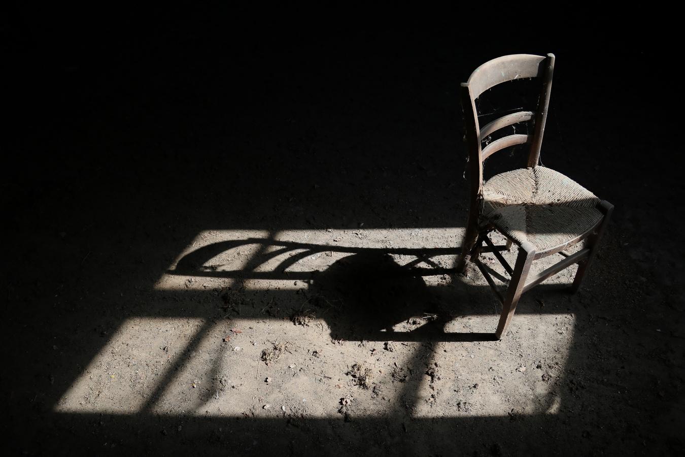 židle a stín