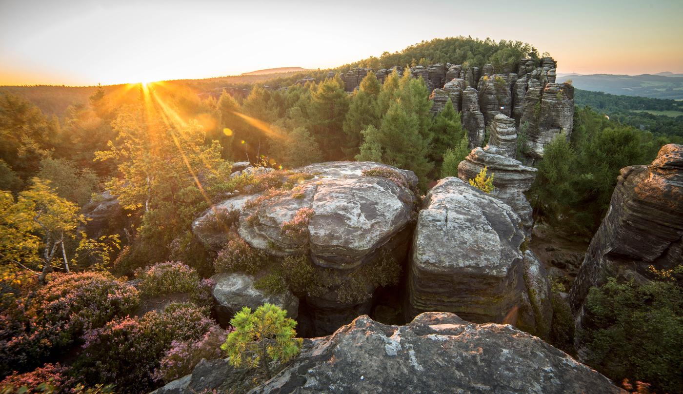 Východ v krajině skal