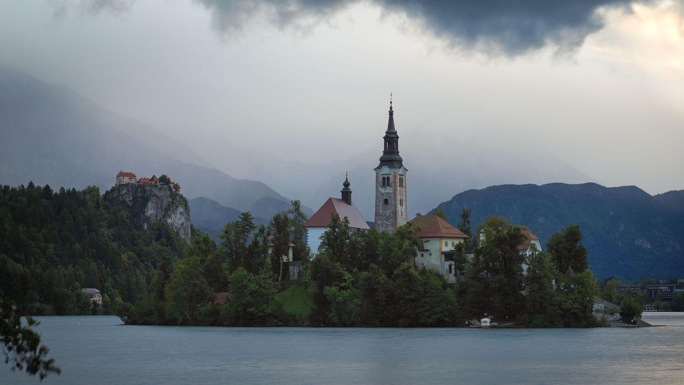 Kostelík uprostřed jezera