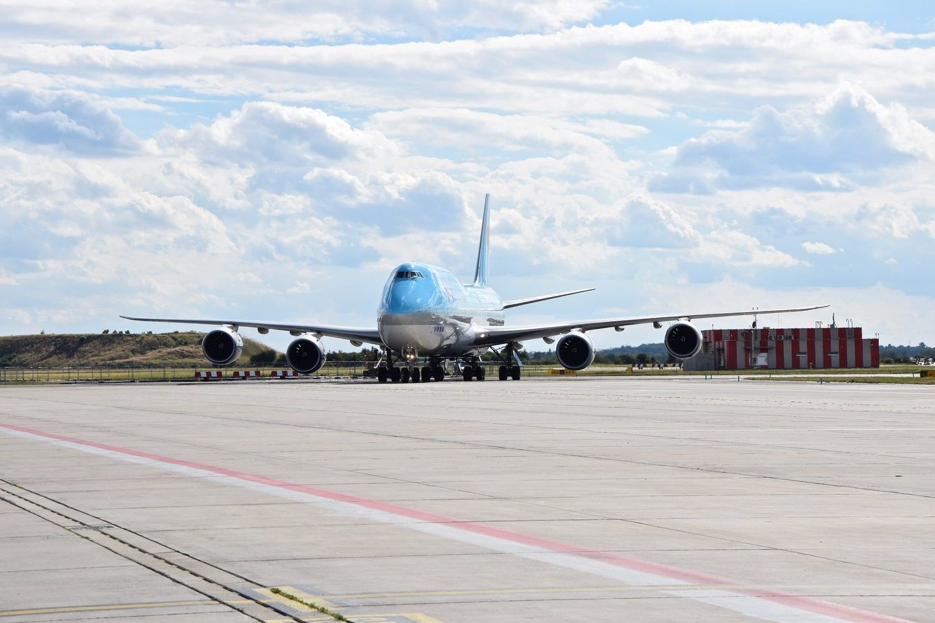 Boeing 747 Jumbo roluje na letišti Václava Havla
