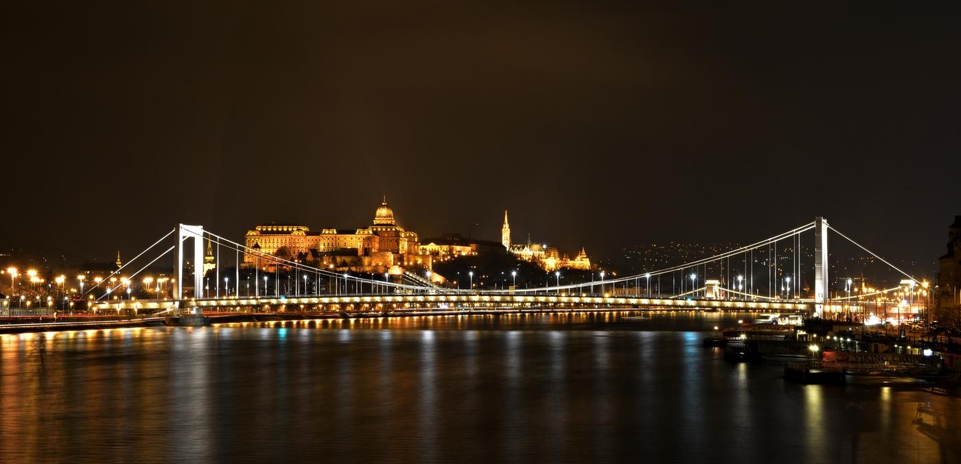 Noc v Budapešti