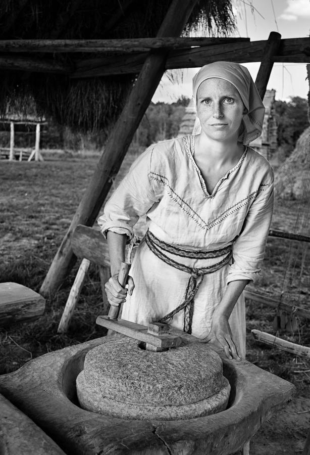 Mletí obilí ve středověké vesnici