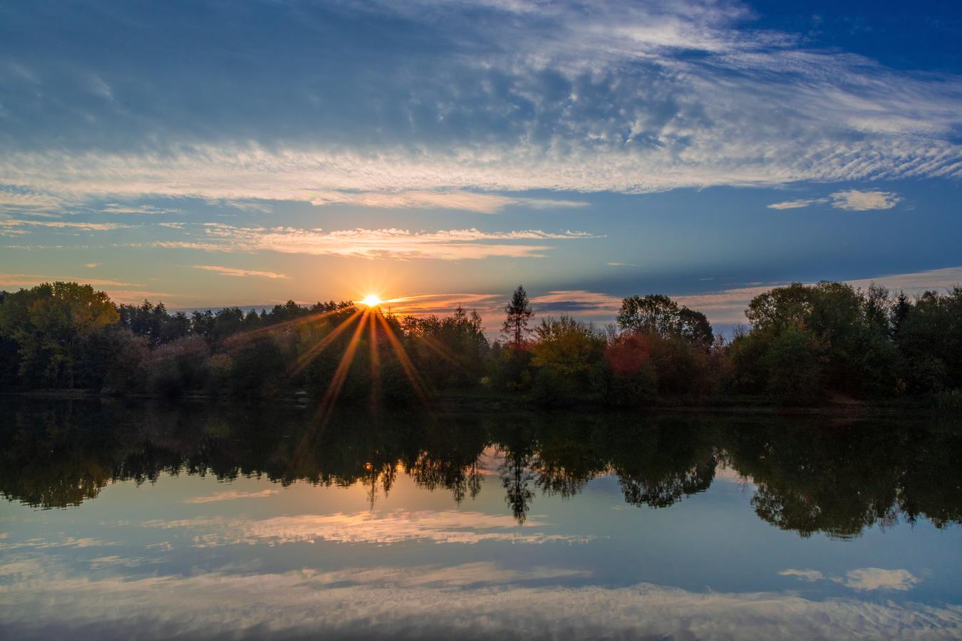 Východ slunce nad rybníkem
